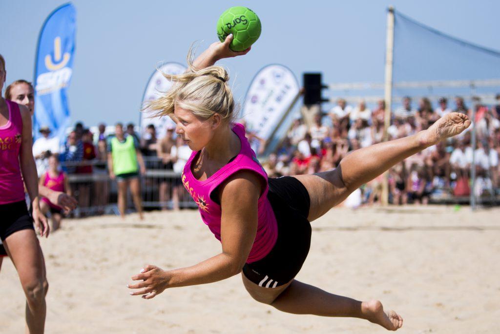 Beachhandboll under dag sju av SM-veckan den 7 juli 2013 i Halmstad.