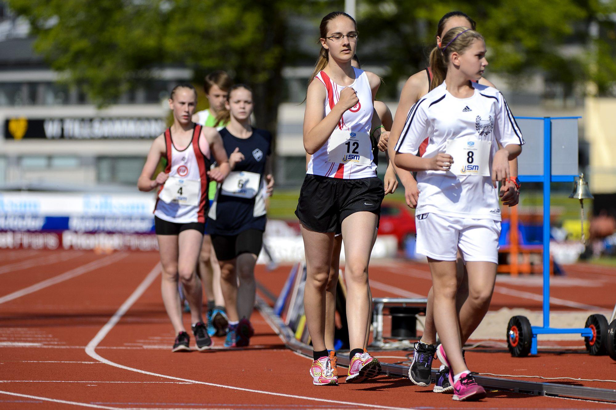 Irma Östervall, Fredrikshofs IF, och Miranda Cobbs, SK Svängen, tävlar i gång över 3000 m under dag sex av SM-veckan den 5 juli 2014 i Borås.