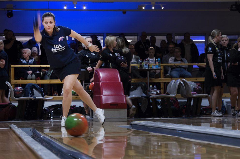 Deltagare tävlar i bowlingens kval dag fyra av SM-veckan den 3 februari 2017 i Söderhamn.