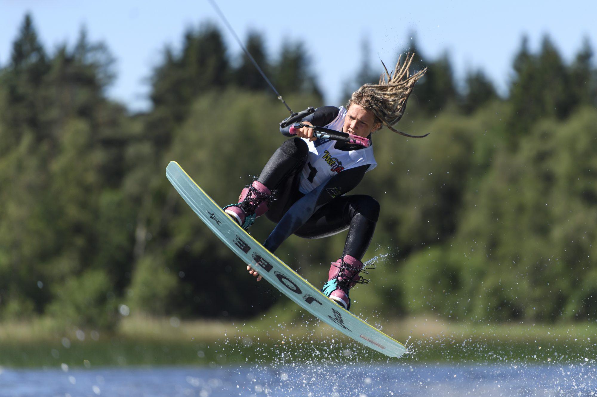 Eira Jansson tävlar i wakeboard under dag 6 av SM-veckan 2017 den 5 juli 2017 i Borås.
