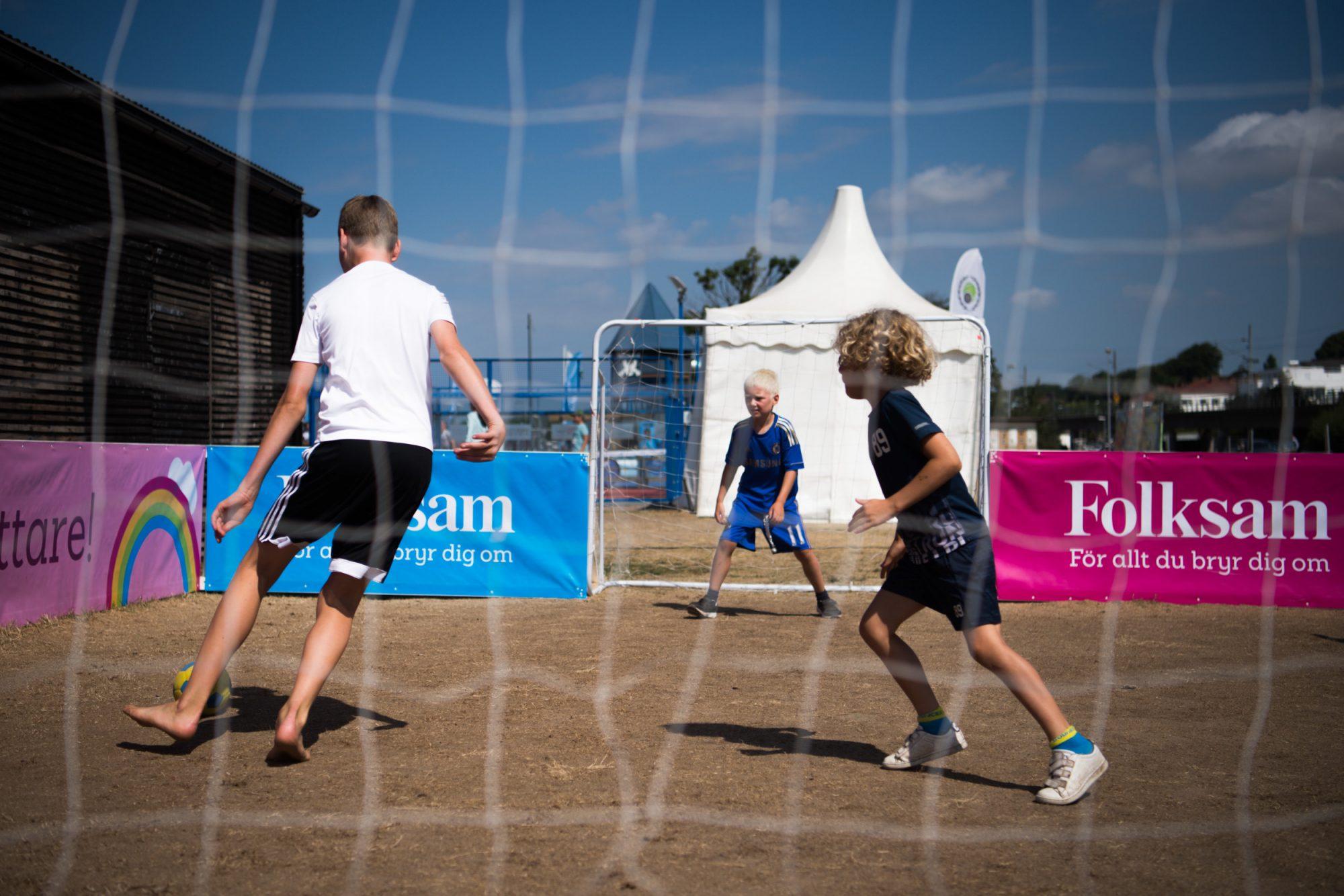 Barn spelar fotboll på Folksams fotbollsplan under dag 7 av SM-veckan 2018 den 8 juli 2018 i Helsingborg