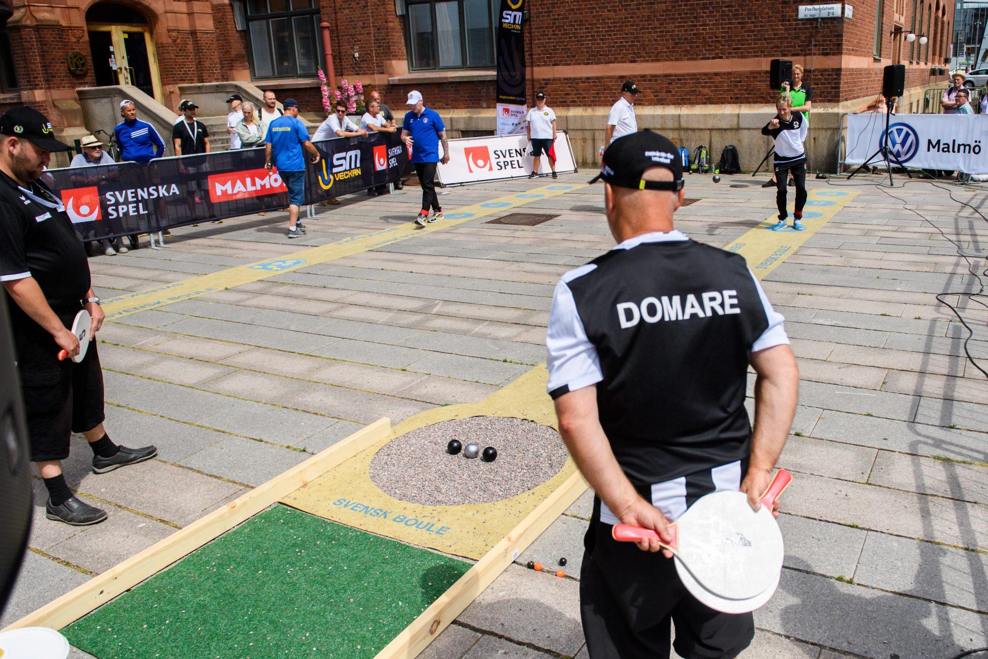 Domare övervakar spelet när det är öppen klass i Boule precisionsskytte under dag 2 av SM-veckan den 27 juni 2019 i Malmö.