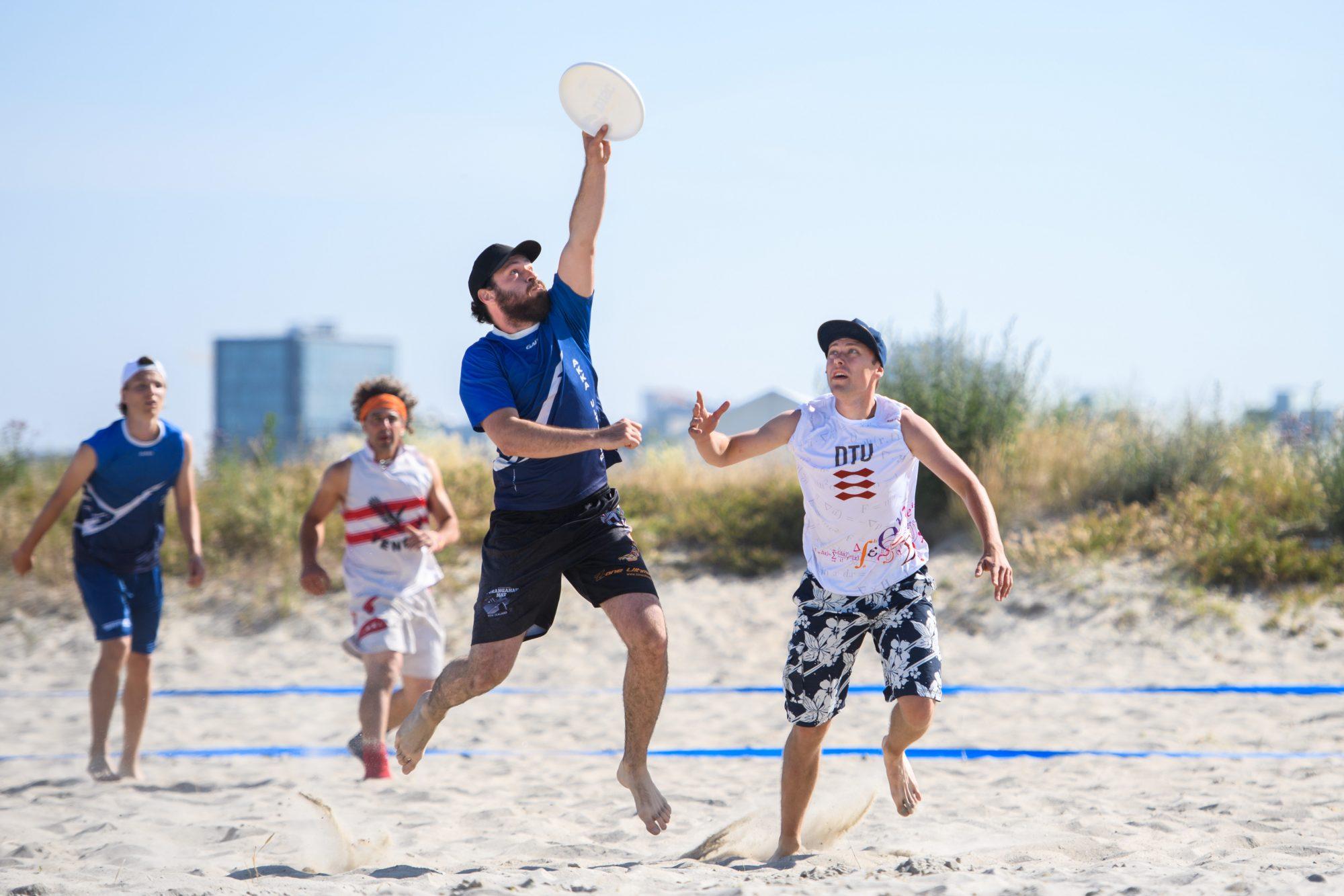 Martin Skerlep, Akka och Frank Almirudis, DTU under match i Beach Ultimate Frisbee mellan DTU och Akka under dag 4 av SM-veckan den 29 juni 2019 i Malmö.
