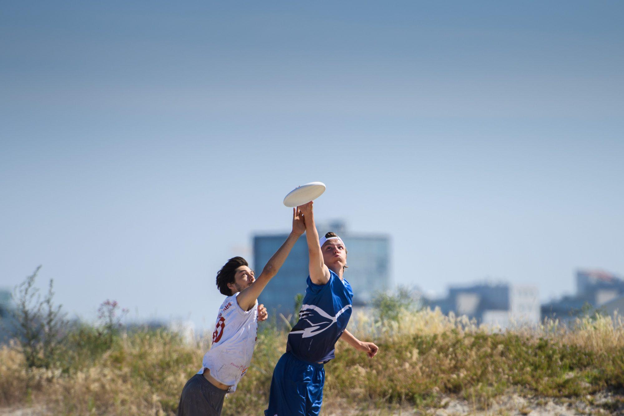 Elliot Nanasi, Akka och Lawrence Mann, DTU och under match i Beach Ultimate Frisbee mellan DTU och Akka under dag 4 av SM-veckan den 29 juni 2019 i Malmö.