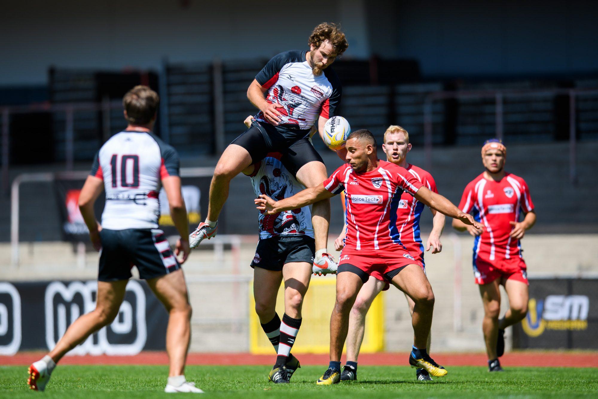 Växjös Anthony Rafael och Södertäljes Baptiste Desseaux under en match i Rugby 7's mellan Växjö och Södertälje under dag 4 av SM-veckan den 29 juni 2019 i Malmö.