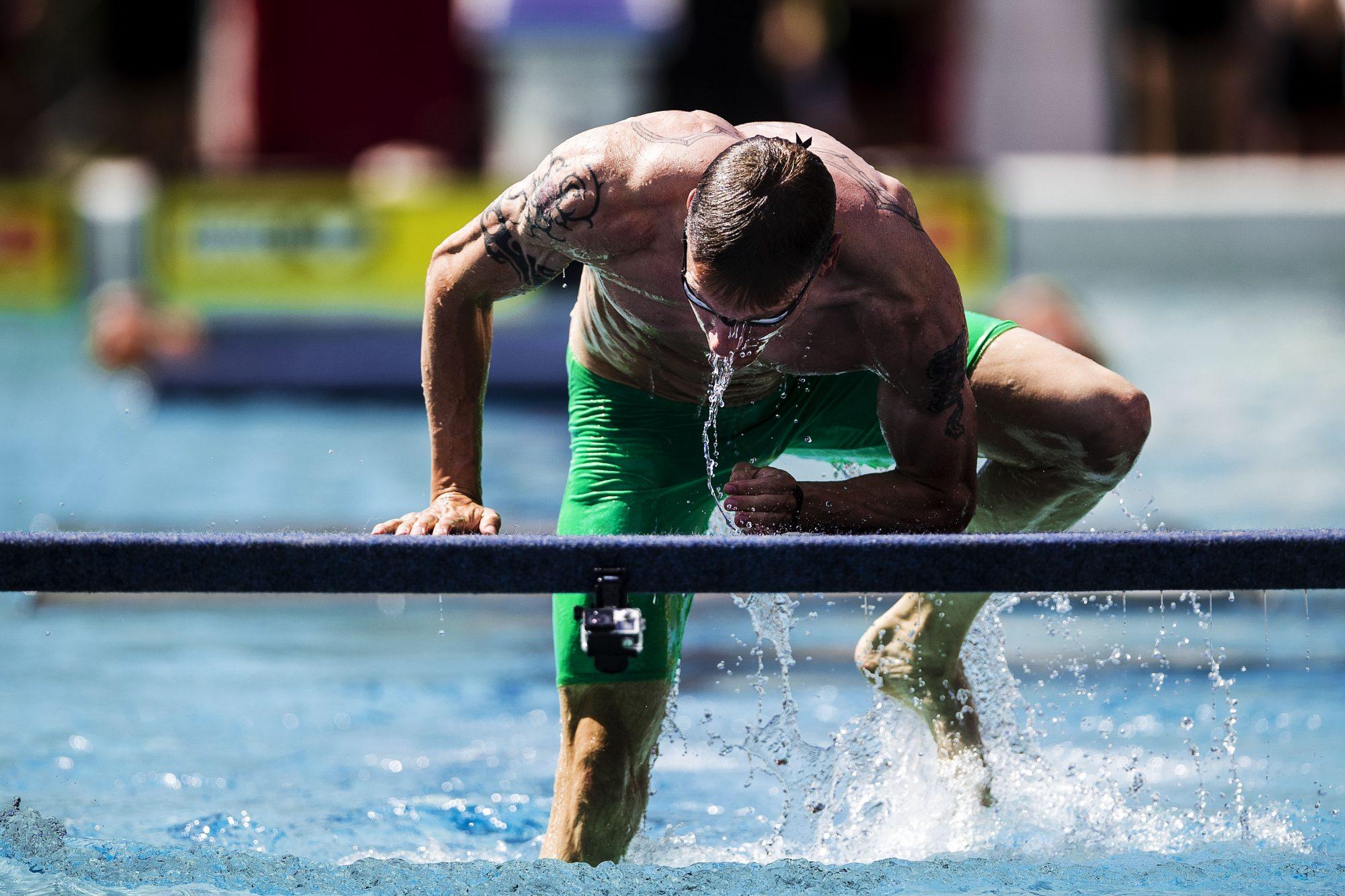Tävlingsledare Daniel Karlsson simmar Hindersims banan under dag 5 av SM-veckan den 30 juni 2019 i Malmö.