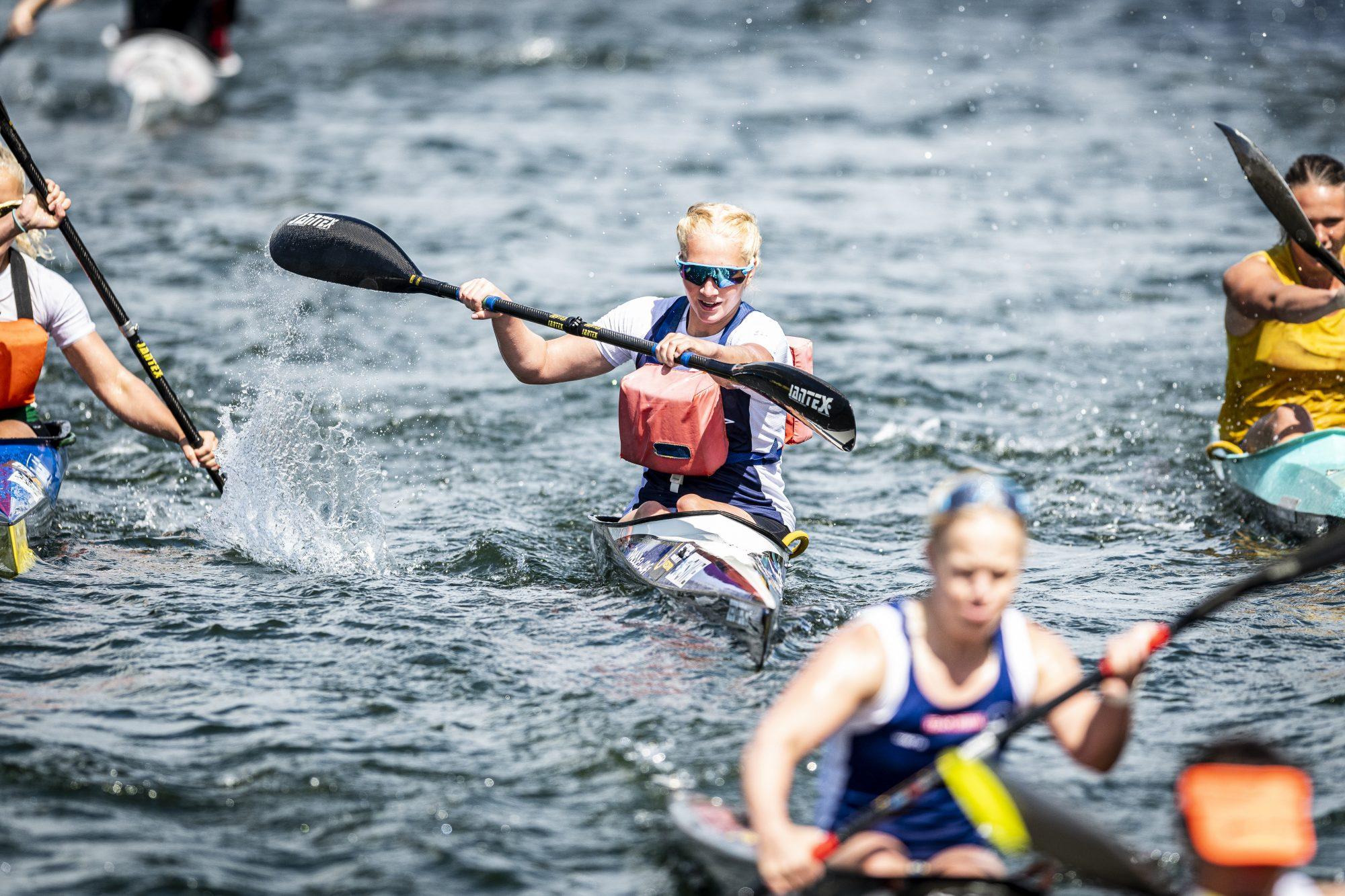 Thea Sander (mitten) tävlar i kanot under dag 6 av SM-veckan den 1 juli 2019 i Malmö.
