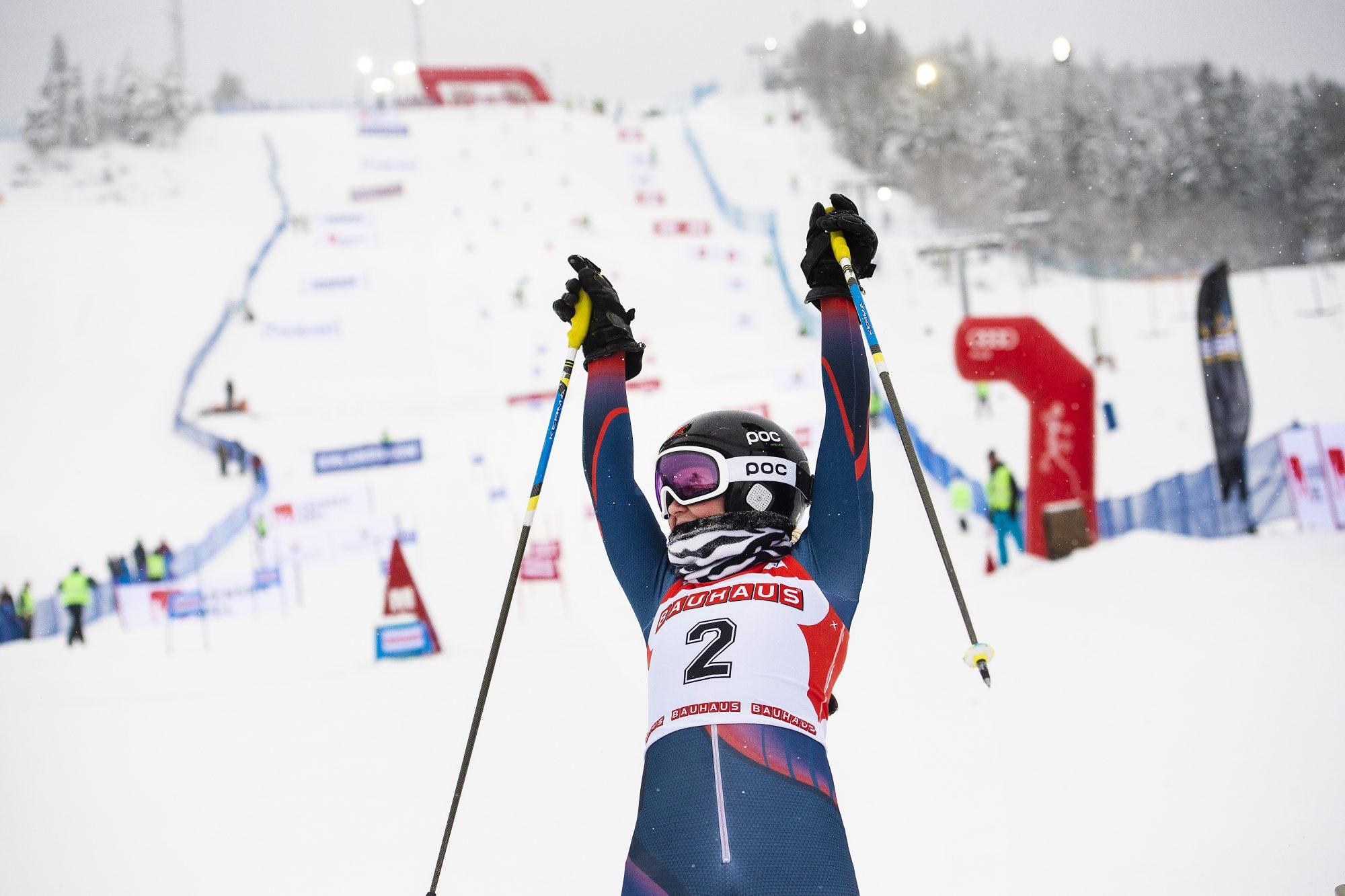 Agnes Dahlin, IF Hudik, jublar efter att hon har vunnit damernas final i Parallellslalom under dag 5 av SM-veckan den 1 februari 2019 i Sundsvall.