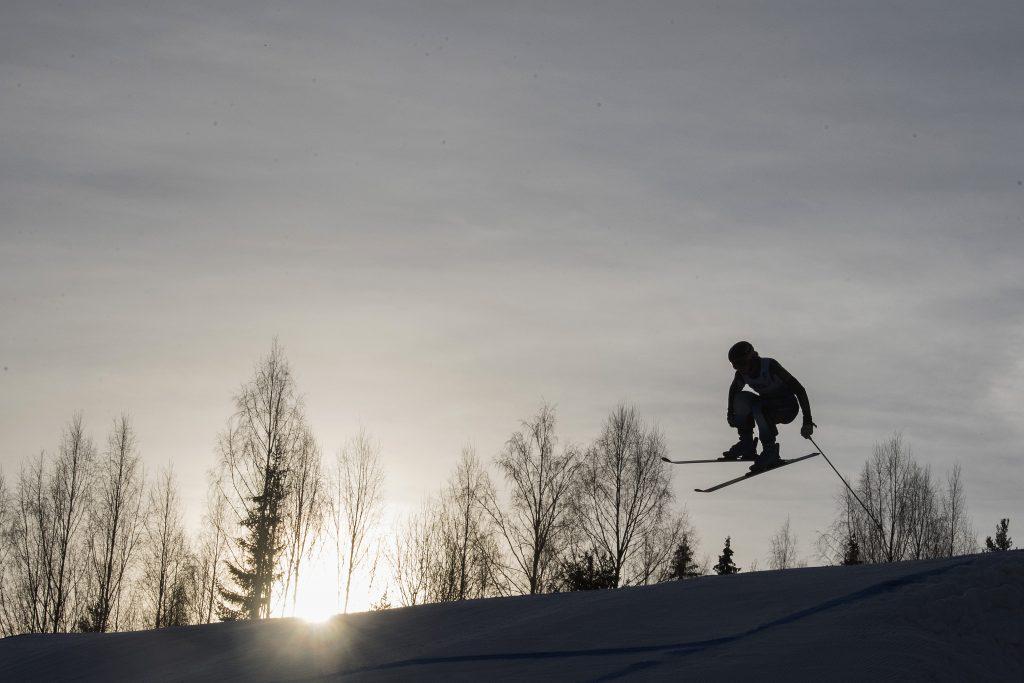 En åkare tävlar i kvalet till skicross under dag ett av SM-veckan