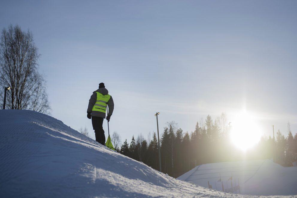 En funktionär under dag ett av SM-veckan den 31 januari 2017 i Bollnäs. Foto: Johanna Lundberg