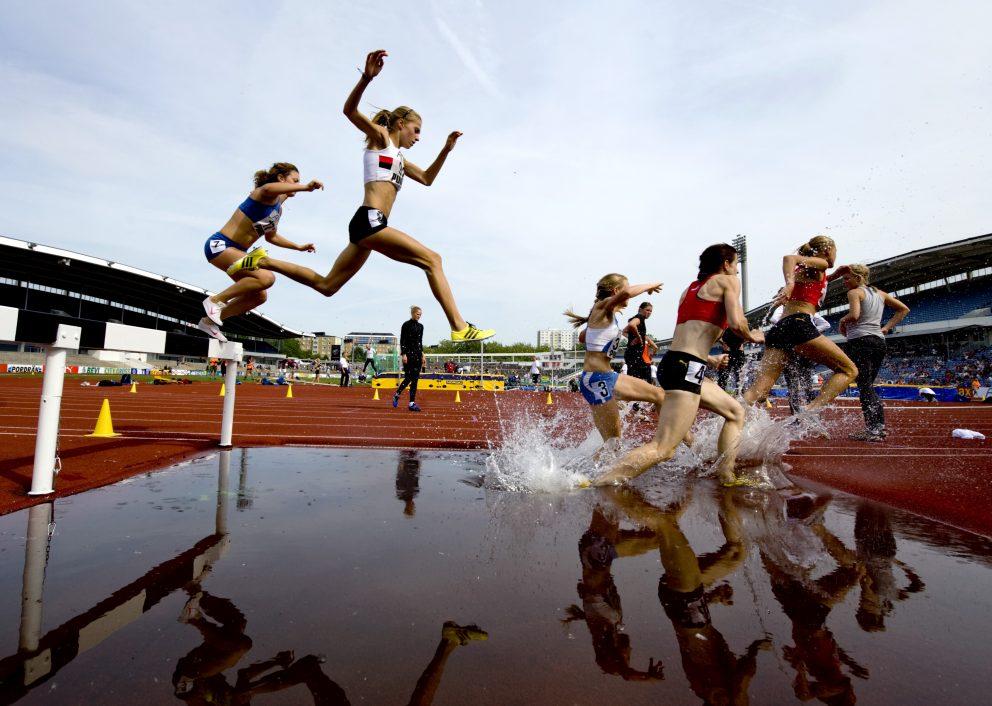 Damernas final i 3000m hinder på Malmö Stadion.